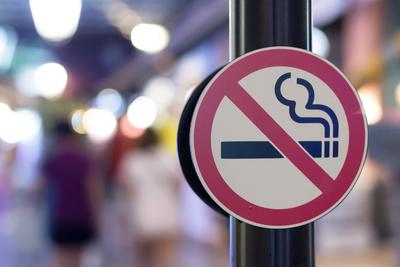 Durva szigorítás készül, teljesen betilthatják az autóban való dohányzást