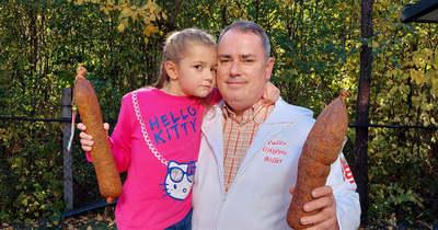 Kislányával vitte az első versenykolbászokat az újkígyósi hentesmester