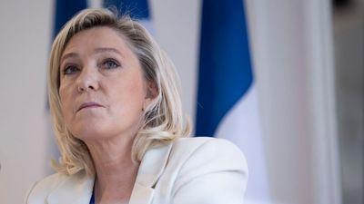 Megérkezett Magyarországra Marine Le Pen