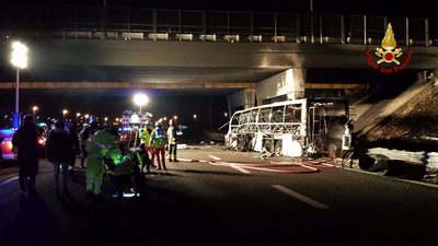 """""""Nektek is el kellett volna égnetek"""" - megfenyegették a veronai buszbaleset áldozatainak hozzátartozóit"""