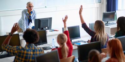A jelenléti oktatás hátránya: Hogyan élj túl egy unalmas órát?