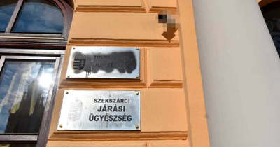 Bosszúból fújta le a Tolna Megyei Főügyészség tábláját és kameráját