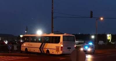 Keresztbe fordult buszt kerülgettek az autók Veszprémnél, a csatárhegyi kereszteződésnél