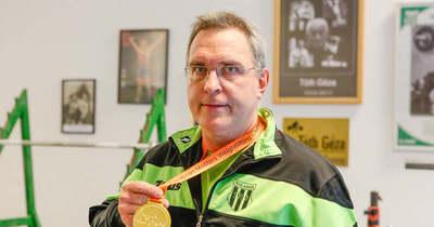 Rosanics Péter miután megnyerte a súlyemelő Európa-bajnokságot, helyretette ellenfele könyökficamát