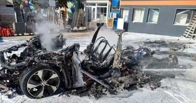 Teljesen megsemmisült töltés közben egy elektormos autó Fehérváron