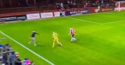 Videó: páros lábbal becsúszva szerelt a szurkoló, futhatott is a játékvezető elől
