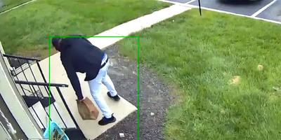 Meghozta az ételt az autós futár, letette az ajtó elé, aztán jött a hihetetlen aljasság - videó