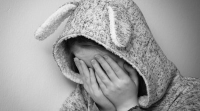 Gyomorforgató: gondozója ejtette teherbe a 11 éves kislányt