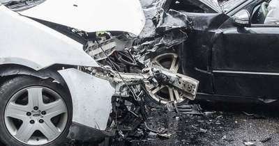 Szombathelynél tért át a szemközti sávba egy román sofőr, majd frontális balesetet okozott