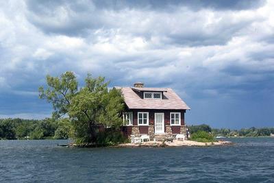 A világ legkisebb lakott szigetén csak egy ház és egy fa van