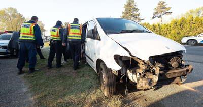 Balesetet okozott és elhajtott, két tucat migráns lapult a furgonban