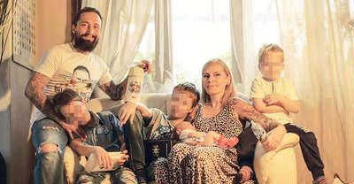 25 éves nőért hagyta el a családját a magyar zenész, megszólalt a feleség