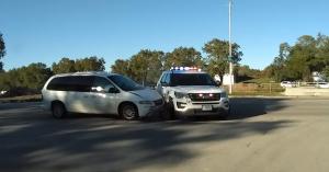 Na, itt ki a hibás, a rendőr vagy a szirénázó autónak rohanó sofőr? – VIDEÓ