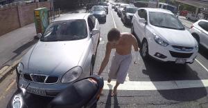 Ilyen reakciót sem láttál még arra, hogy egy robogós az autók közt kígyózik… – VIDEÓ