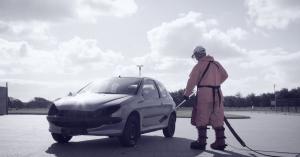 Ez történik, ha 3000 bar nyomással akarod lemosni az autódat! – VIDEÓ