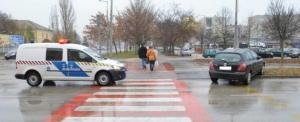 Az egyik kocsi megállt a 15 éves lánynak, a másik elütötte a zebrán
