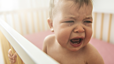 Egy új tanulmány szerint nyugodtan hagyjuk a babákat sírni – alább olvashatod, hogy miért
