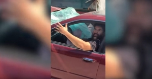A kamionos nem vette észre, hogy beszorult alá egy Nissan – VIDEÓ