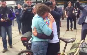 Hét év után tért haza édesanyjához a világot körbetekerő angol bringás (videó)