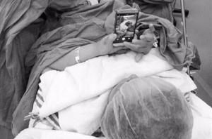 Műtét közben telefonján netezgetett egy kínai asszony