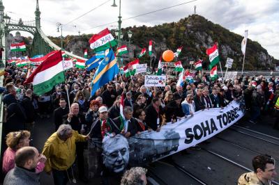 Nézegessen képeket a Budapesten vonuló többszázezres tömegről!