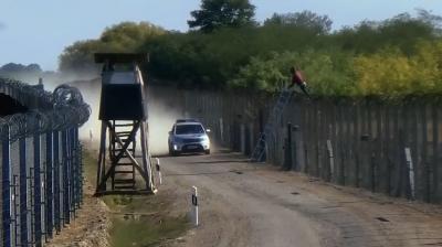 Egyre erőszakosabban próbálnak áttörni a határon a migránsok