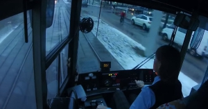Egészen hihetetlen a villamosvezető reakciója, mikor ledarálja az autót! – VIDEÓ