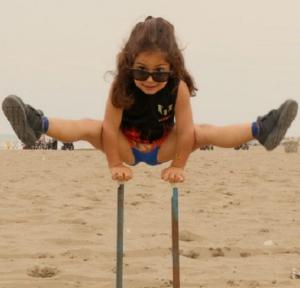 Alig háromévesen is elképesztően tornázik ez a kisfiú (videó)