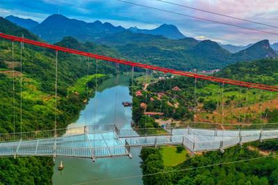 Vadító képek a világ legnagyobb üveghídjáról