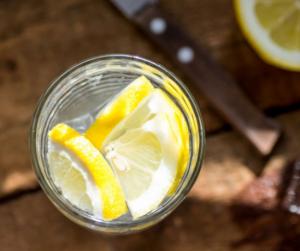 Reggel egy pohár citromos víz - tényleg fogyaszt? A szakember válaszol!