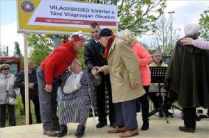 104 éves néni is táncolt a budapesti rekordkísérletben