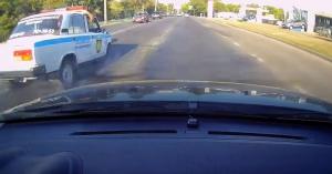Íme, a világ legbénább autósa – a rendőrautóba szaladt bele szabálytalanul! – VIDEÓ