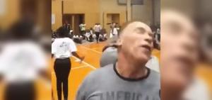 Páros lábbal rúgták hátba Schwarzeneggert (videó)