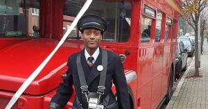 Egy angol férfi ellopott egy emeletes buszt, majd elkezdett utasokat felvenni…