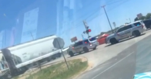 A rendőrök nem várták meg a lámpát a vonat után, nagyon megbánták! – VIDEÓ