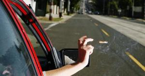 Több mint 120 ezres bírságot kapott egy autós, mert kidobta a csikket az ablakon! – KÉP
