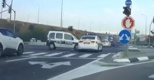 Na, ilyenkor ki a hibás? Szirénázó rendőr szirénázó rendőrrel ütközött a kereszteződésben – VIDEÓ