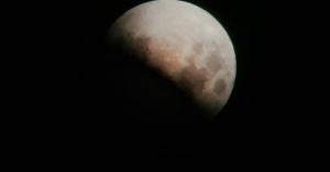 Lélegzetállító holdfogyatkozás-fotók Kesztölcről