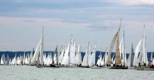 Több mint ötszáz hajó rajtolt az 51. Kékszalag Nagydíjon
