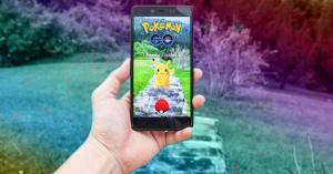 Megállította a rendőr, mert furcsán vezetett, kiderült, egyszerre 8 telefonnal Pokémon GO-zott! – KÉP