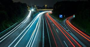 Dráma az M7 autópályán, elaludt a volán mögött a magyar énekes