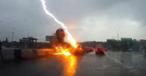 Kétszer csapott bele a villám az előttük haladó autóba, a fedélzeti kamera felvette – VIDEÓ