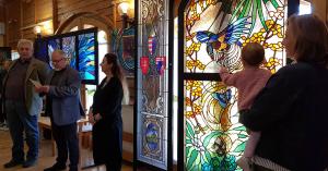 Ólomüvegekből nyílt kiállítás Kecskeméten