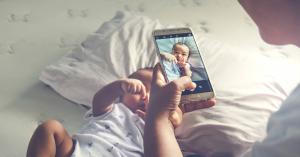 Komoly veszélyfaktor, amikor a szülő túl sokat posztol a gyermekéről