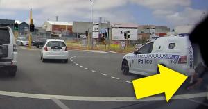 Elfelejtették bezárni az ajtót, kiesett a rendőrautóból a bűnöző! – VIDEÓ