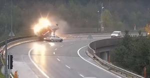 A mélybe lökte a magyar kamionost egy személyautó (videó)