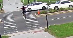 A biciklis meg akarta mutatni, neki van igaza, de attól még nem erősebb az autónál… – VIDEÓ