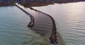 Sötétbarna víz ömlik a Balatonba! Kiderítettük, mi ez