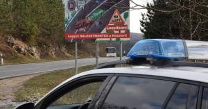 Szokatlan új közúti táblákat helyezett ki a rendőrség a Balaton mellett