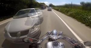 Egy hajszál híján kilapították: az év mentését mutatta be ez a motoros – VIDEÓ